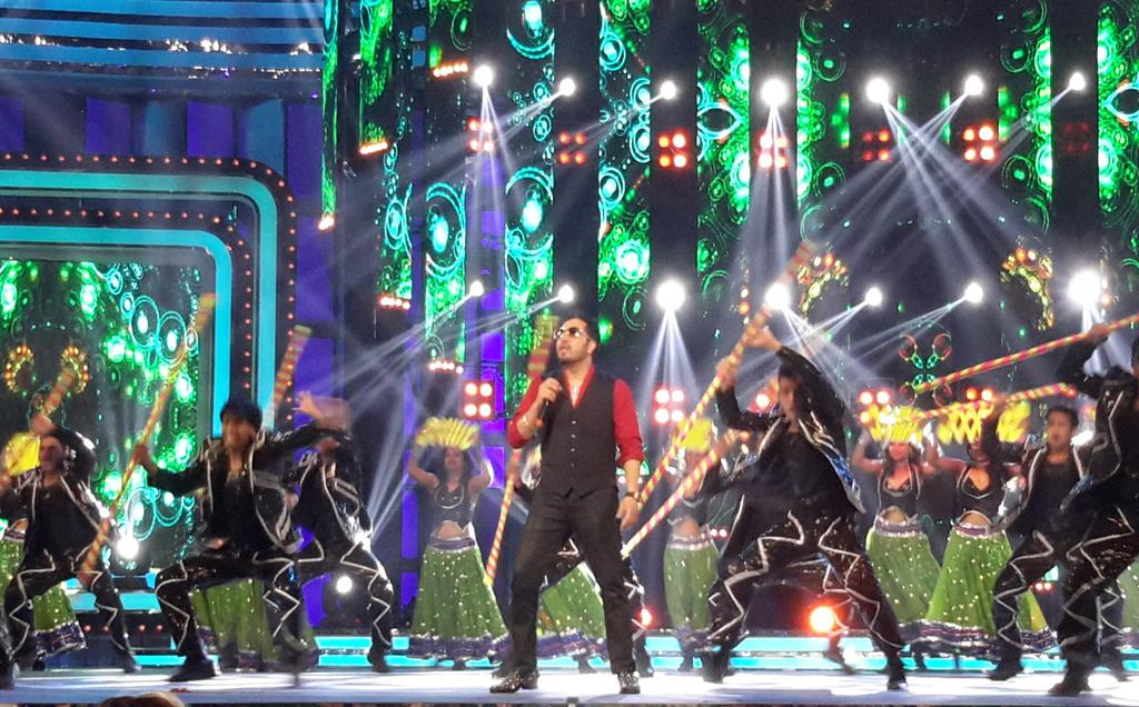 Bringing loads of energy to the Suron Ke Rang stage is Mika Singh