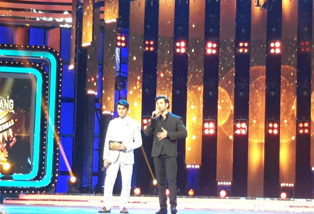 Youth icon Hrithik Roshan gives the audience a special treat by performing a quick song on the stage