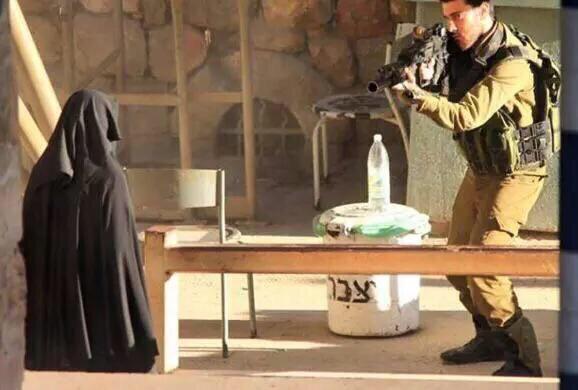 فلسطينية مرابطة نقابها ورفضت التفتيش فقتلها الصهاينة الكلاب CPhlfIBWEAAcuyc.jpg