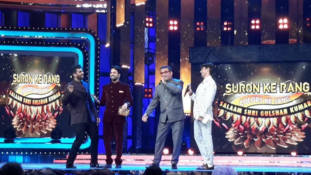 Singer Abhijeet takes the stage while Arjun Kapoor,Ayushmann, Sonu Nigam entertain the crowd with their antics!