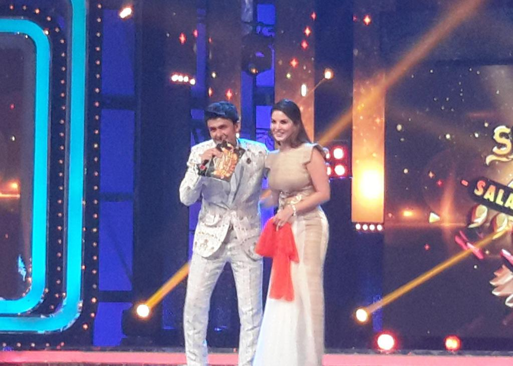 Sonu Nigam gets Sunny Leone on stage for a quick jhalak