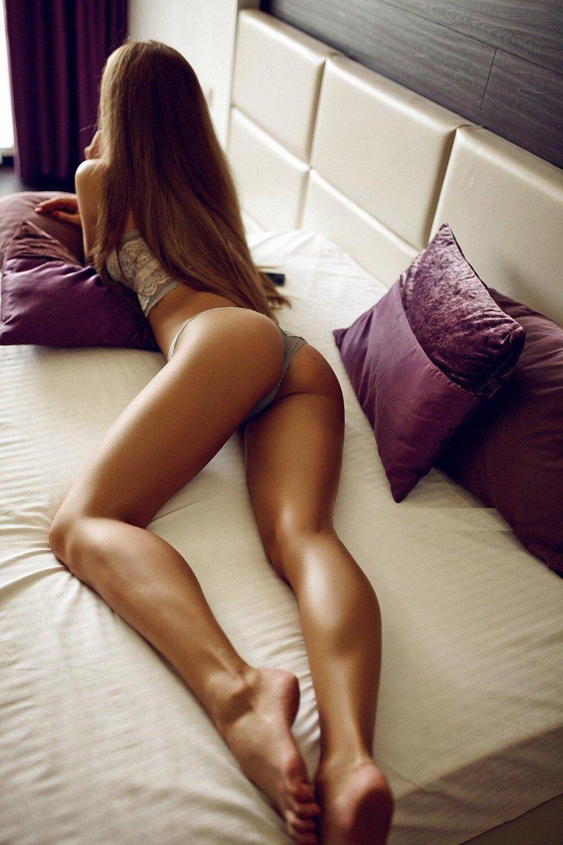 смотреть эротическое фото ног приблизился