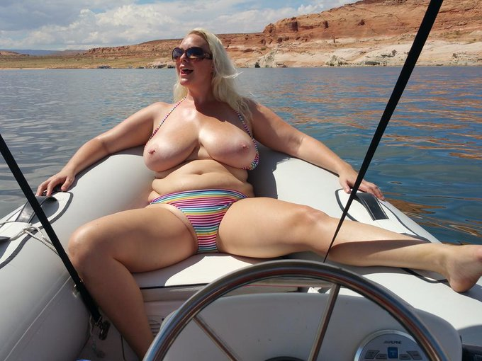 #TittyTuesday #OnABoat Do you think I'm looking #thick enough to shoot for @plumperpass? http://t.co