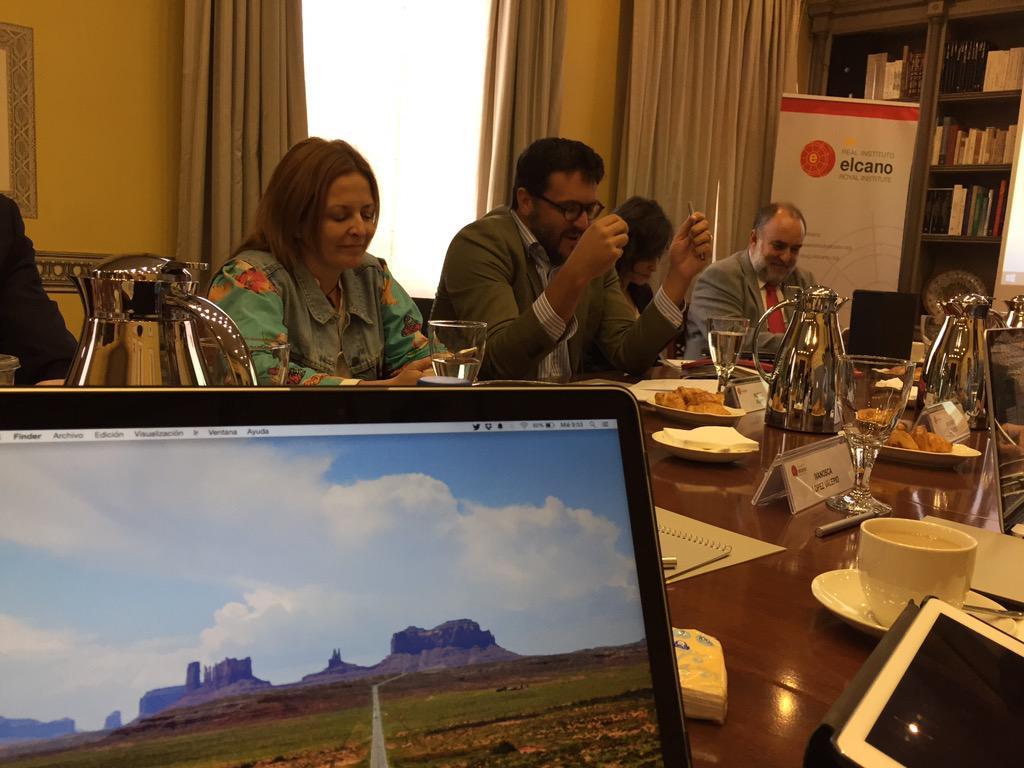 En #ElcanoTalks hablando de comunicación, política y @breviarioclub con @rafarubio e @immaaguilar http://t.co/z5hxVrj2eb