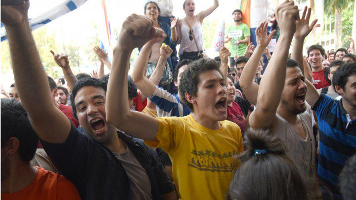 Paraguay students lay siege to university building over 'corrupt' president http://t.co/rC2WH83Lgj