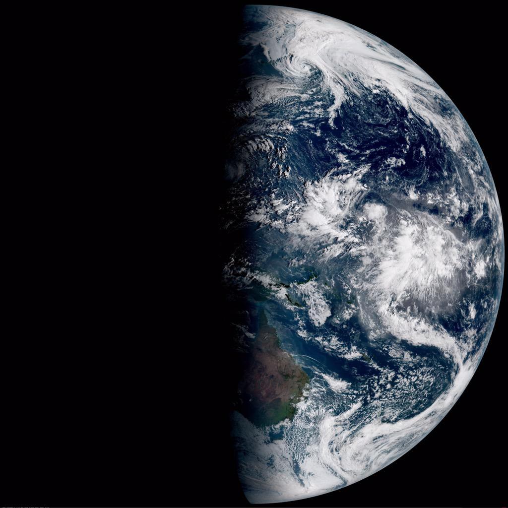 秋分の日。ひまわり8号による午前6時、正午、午後5時20分の地球。昼夜境界が経線と並行。 http://t.co/67hll6b4Ov