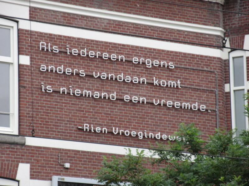 Sinds gisteren op een muur #Kruiskade  @rotterdam van onze Nederlandse dichter #RienVroegindeweij #vluchtelingen http://t.co/8iq4O1EnqC