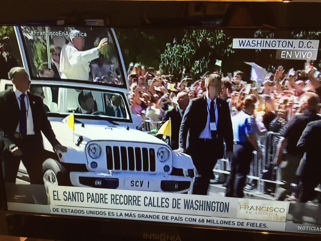 Papa Francesco in Diretta mondiale: ferma la Jeep per salutare una bambina ispanica