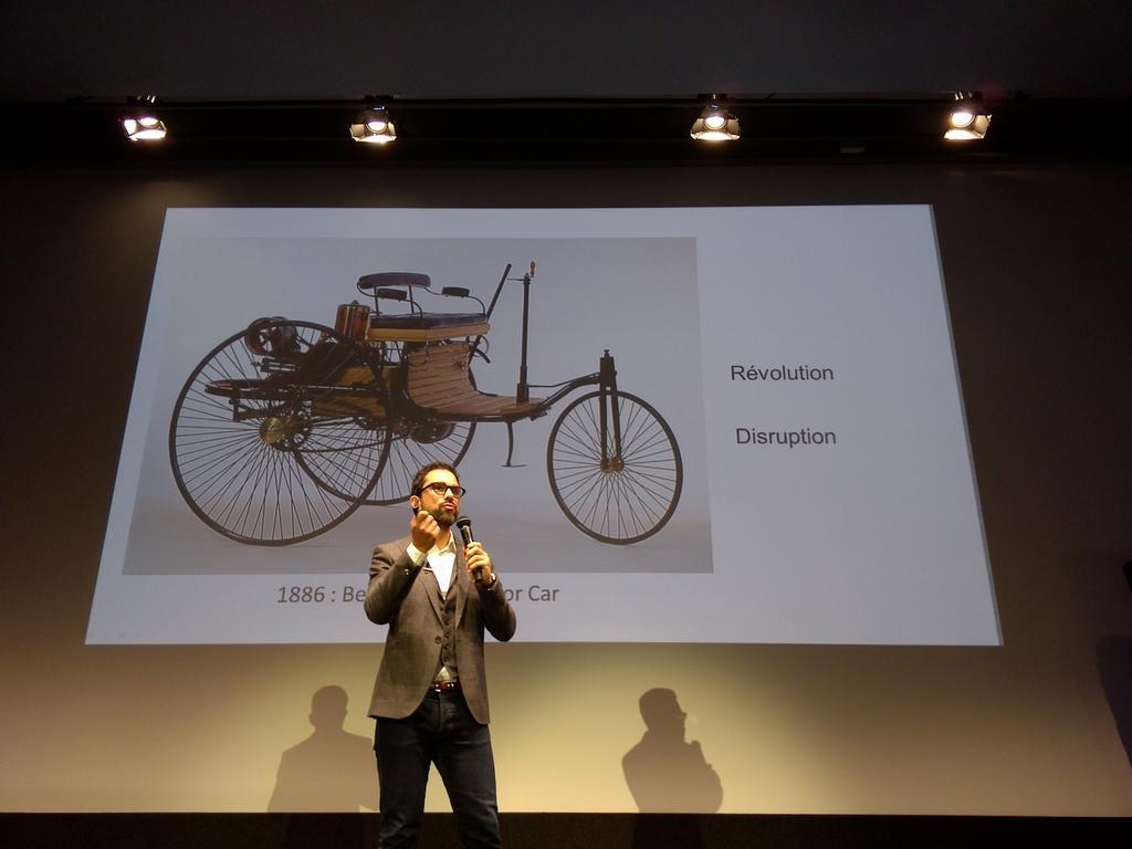 #3dsmu @mikiane la différence entre la révolution et la disruption? Le nombre de personne l'innovation va toucher. http://t.co/DVbte3qR1F