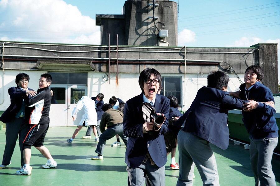 '싸우자.이곳은 우리들의 세계다.우리들은 이 세계에서 살아가야만하니까.'  머리가 무거워질때면 <키리시마..>의 이 장면을 떠올린다.용기를 내자.우리들은 우리들의 세계에서 살아가야만하니까.오늘 한국으로돌아간다. http://t.co/X451doMWxS