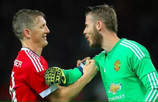 While going off Rooney passed the armband to Bastian, but he gave it to De Gea. What a man. What a player. Class! http://t.co/d2qbebn722