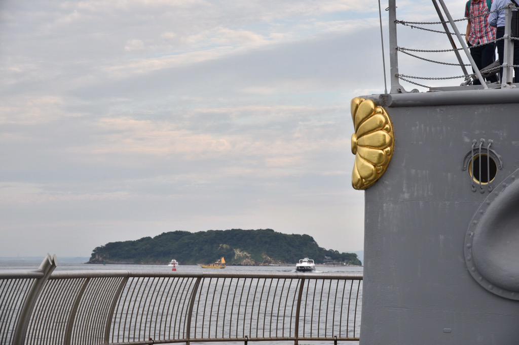 横須賀、戦艦三笠の艦尾の菊の御紋。先方には、猿島が見えます(^.^) 猿島は東京湾内唯一の自然島。仮面ライダーのショッカーのアジトのロケ地としても有名です(^-^) 撮影班や役者さんは船で渡っていたんでしょうね(・ω・)ノ http://t.co/Wno7Z5CxkA