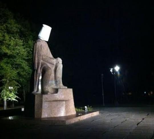 Saņēmām informāciju, ka Esplanādes parkā Raiņa piemineklim uz galvas uzlikts kartona spainis. Spainis nogādāts VP. http://t.co/oUCOqIgDOL