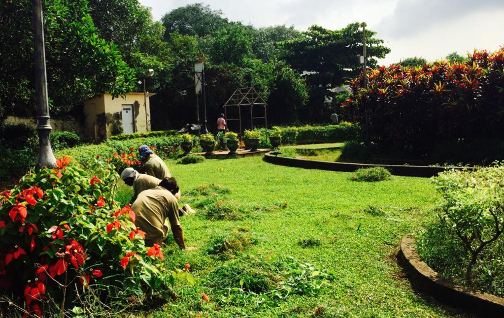 The hands that make Hanging Garden beautiful. #mumbai http://t.co/OUVnl33epq