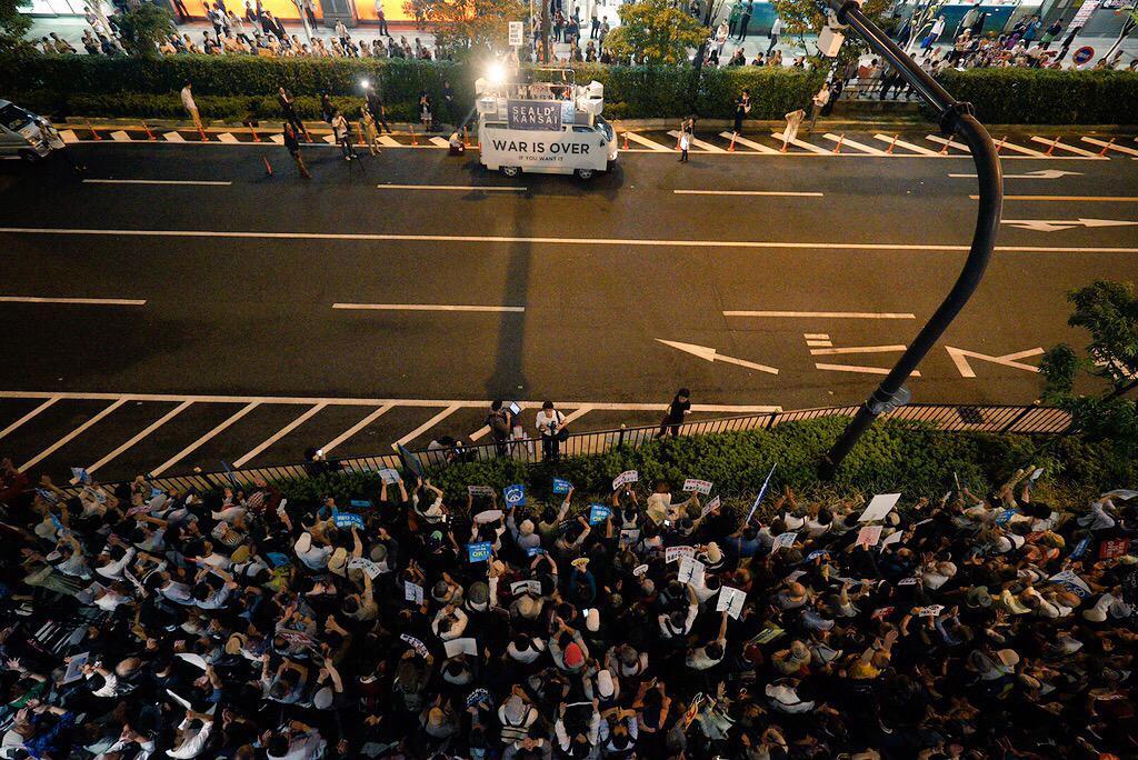 安保法案反対の街宣で、大阪駅前に4500人も集まるようになってんのか。どうなってるんや。カルチャーショックやわ!一年おらんかったらこんなに変わるんか。しかもじじばばもコールアンドレスポンスすごいし。@SEALDs_Kansai http://t.co/wkBtuN96UD