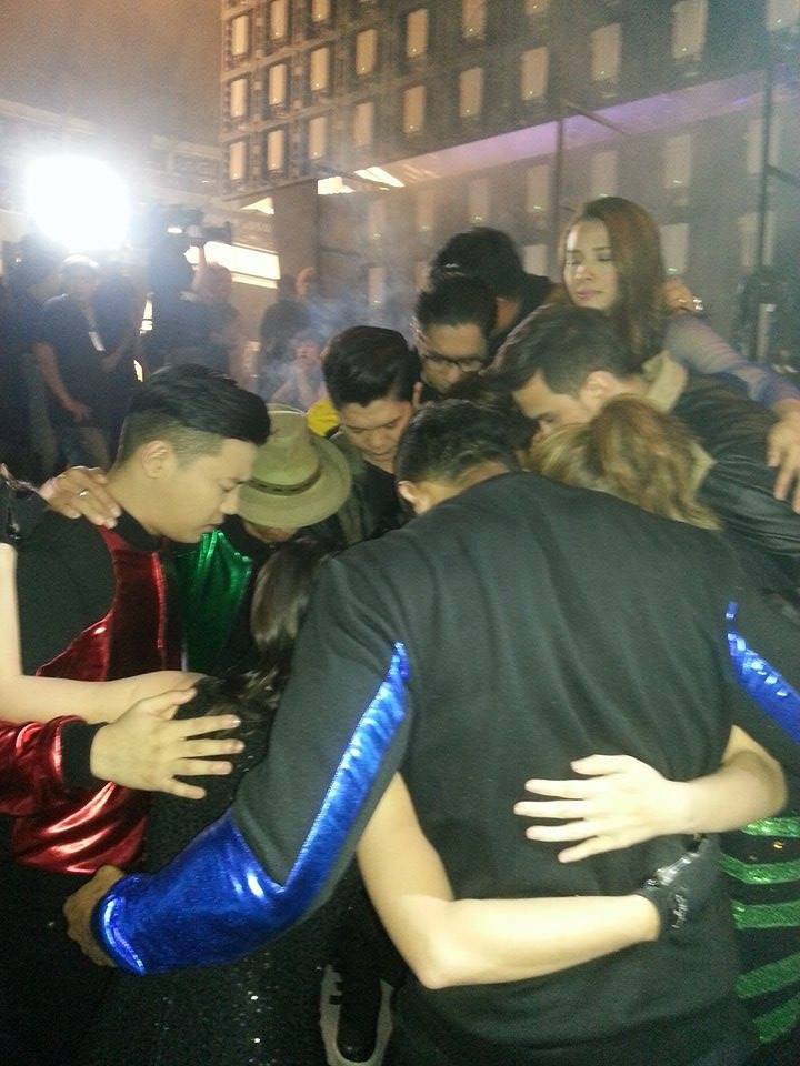 #ShowtimeKapamilyaDay Behind the scenes: Showtime stars praying together http://t.co/kous3rscoY