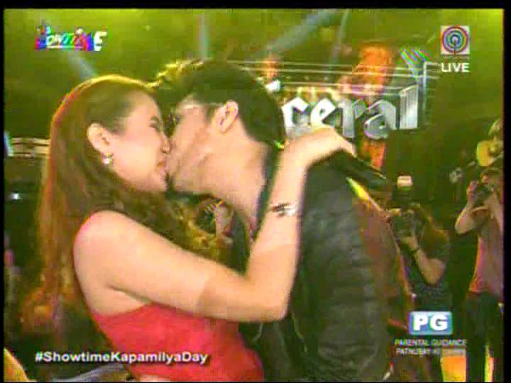 Vice Ganda kisses Karylle #ShowtimeKapamilyaDay http://t.co/sgZSUtnFJf