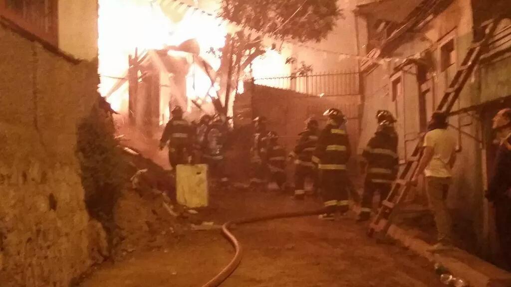 Impresionante incendio en #Valparaiso  #Chile http://t.co/0gGzxWctxa