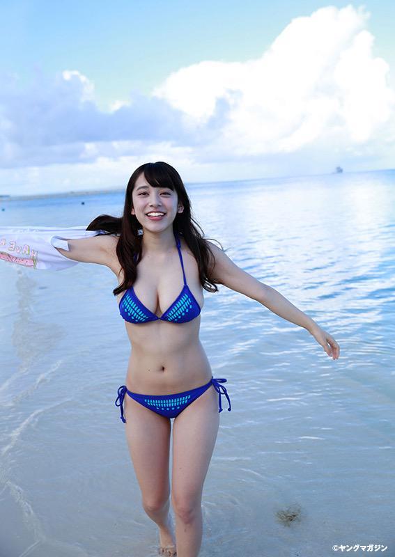 青い水着の都丸紗也華2