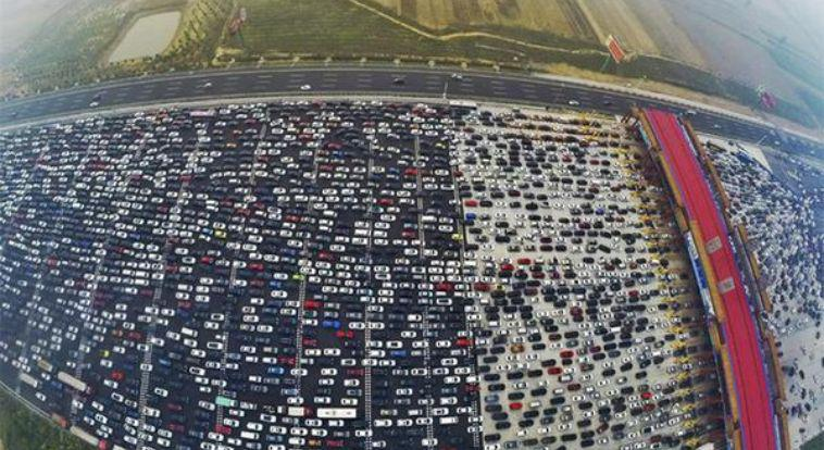 VIDEO incredibili: migliaia di Auto bloccate in Cina su autostrada a 50 corsie.