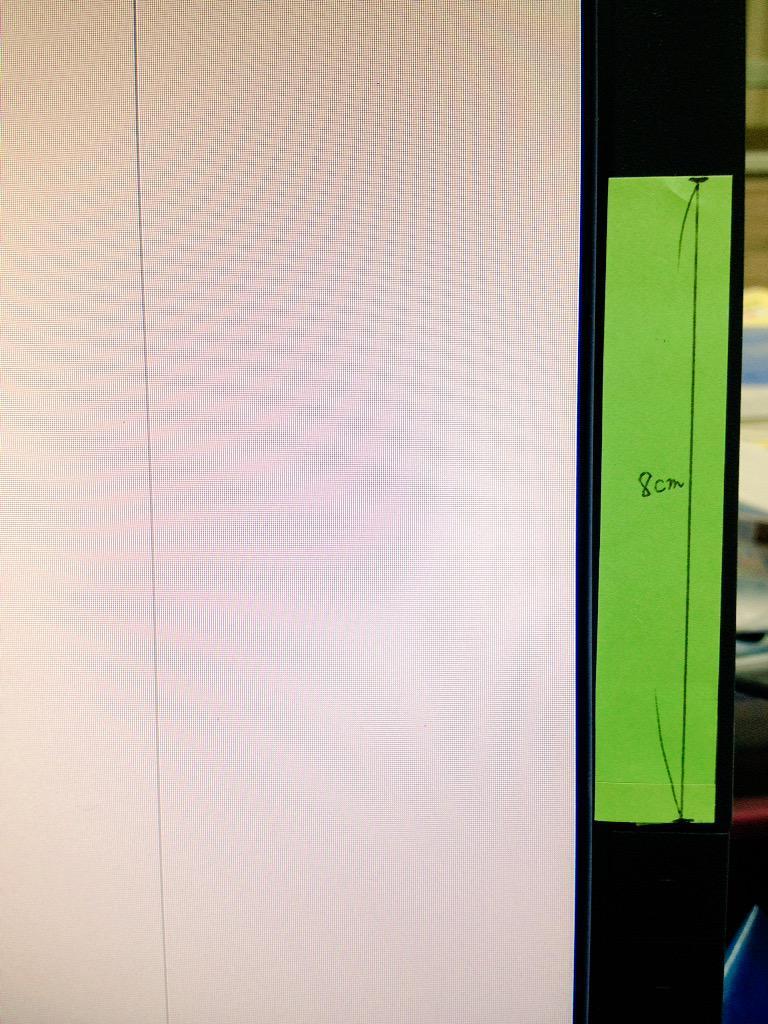心が荒む時に自カプの身長差の長さのものを目がつくところに置くと心が和むらしいから会社のパソコンにふせん貼りました http://t.co/hmqHbeDUt8