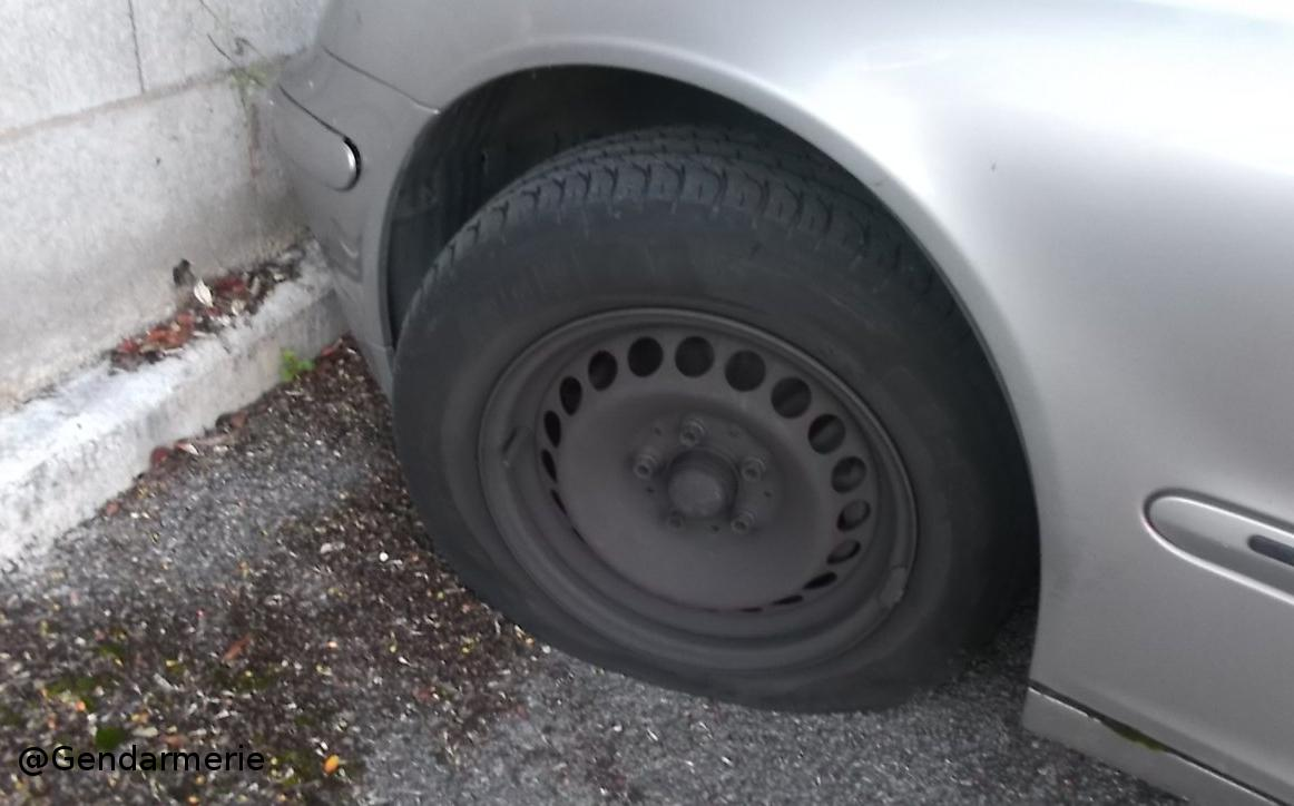 pneu crev r parer un pneu crev fuite d 39 air sur un pneu de voiture index of images soe pin. Black Bedroom Furniture Sets. Home Design Ideas
