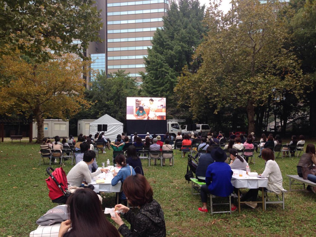 ごはん食べながら「かもめ食堂」鑑賞中。芝生に寝転がって観てる人もいたり、素敵な休日です。この後は14:45から「南極料理人」上映しますよ〜! ♯ごはん映画祭 ♯東京味わいフェスタ http://t.co/fJfjQetYsx