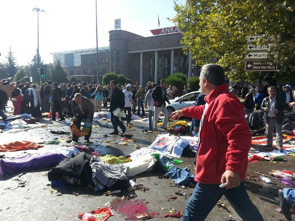 В Турции в результате терактов погибло около ста человек и больше ста раненых