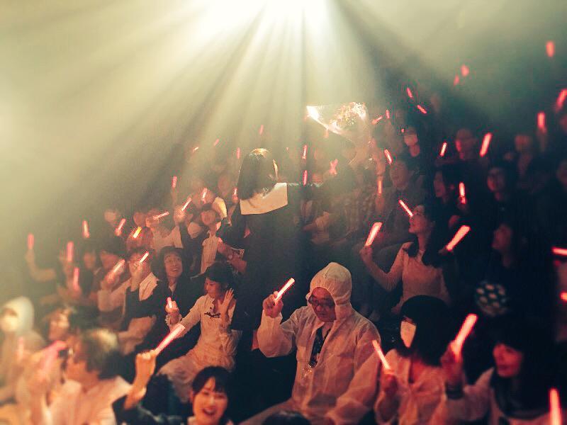 屍のパレード◎4日め。サプライズで紅日毬子の廻天百眼9周年祝い。おめでとう&ありがとう!石井さん乱入のカーテンコールのようす! 夜19時、常川博行さんの最終回。まだお席あります! http://t.co/69TmlVPywN http://t.co/TEpjPGZCyz