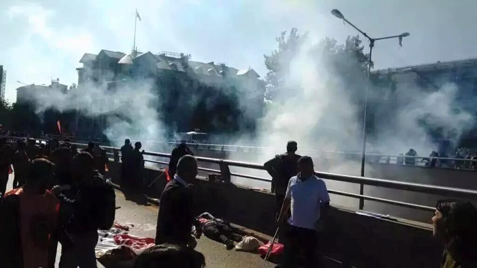 bombayı kim patlattı bilmiyorsak bile, ölüler yerdeyken kimin gaz sıktığını ve ambulansları engellediğini biliyoruz http://t.co/RnbbfFBpcA