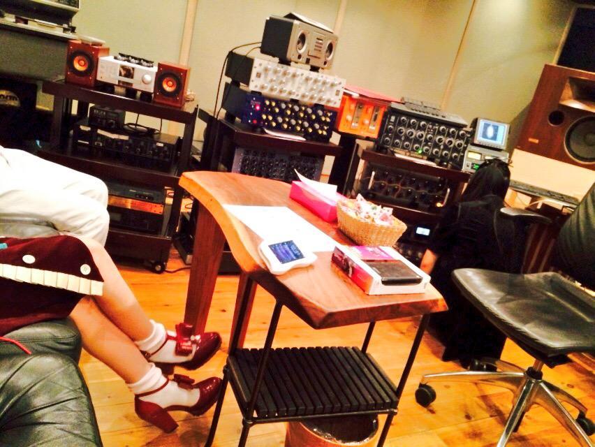 今日も色々やってましてん。 スゴイの観たり、くっだらないの録ったりして、最後はスタジオ仕事。 使い慣れたマイイヤホンで音のチェックをする小春はんとナマ足のももはん。 最近スタジオばかりでしたが、土日はライヴ!名古屋と立川!