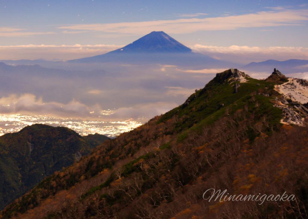 おはようございます。稜線は今強風が吹き荒れています。強風の合間に月光に照らされ富士山と紅葉が素晴らしいです。(^O^) pic.twitter.com/8y1GS6u1UP