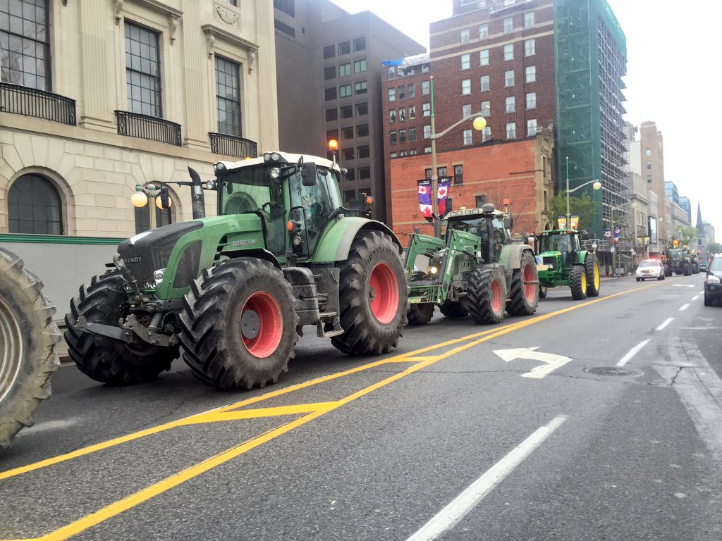 Farmers urge federal government to protect supply management system in #TPP negotiations. Rally in Ottawa. #cdnpoli http://t.co/quLNggoTo1