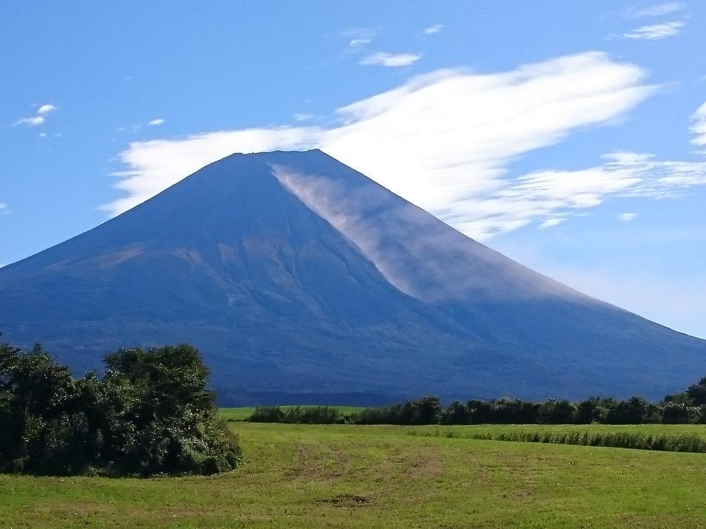 富士山の大沢崩れから煙?土埃?が上がってます。あまり見たことがありません。大きな崩壊でもあったかな?#富士山 #大沢崩れ pic.twitter.com/bzdQQIAflU