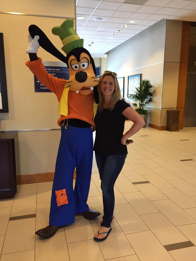 My pal goofy would make an excellent travel companion! #ExpediaChat http://t.co/ptE7Q8uSeS