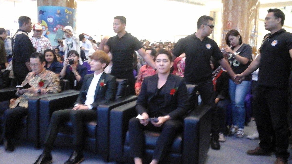 Lee teuk dan Kangin Super Junior di Opening Ceremony K Festival 2015 http://t.co/8PSBTVdjl8