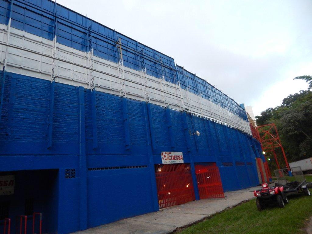 Estadio Cuscatlan es pintado de azul y blanco. CQOx8f0UAAA29sT