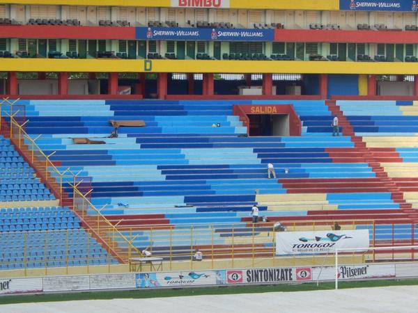 Estadio Cuscatlan es pintado de azul y blanco. CQQBCwQXAAATcKm