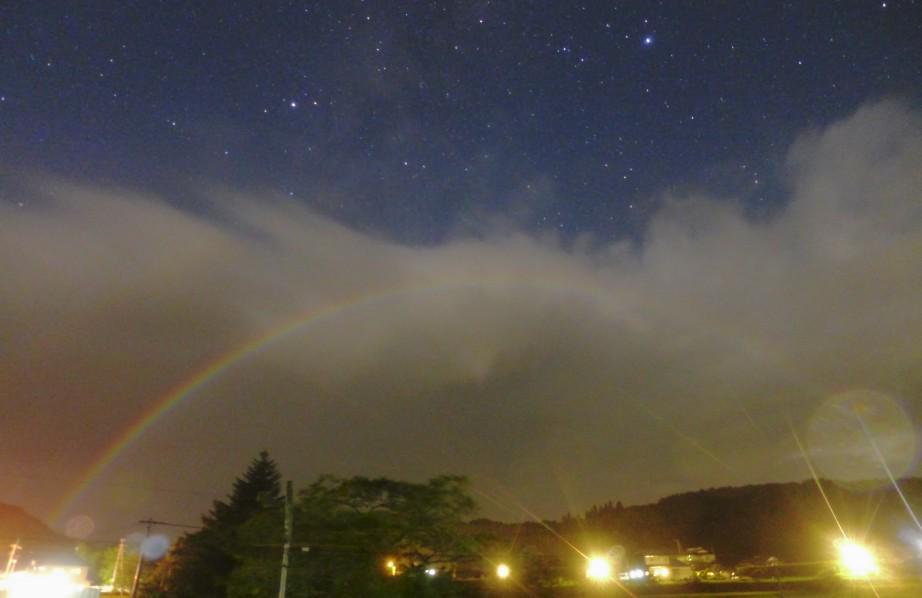 先月、野田副会長が「月虹」を撮影しました。夜に月の光により生じるこの虹は、ハワイのマウイ島では見た者に「先祖の霊が橋を渡り祝福を与えに訪れる」と言われているそうですよ。副会長の天文写真サイトは当台サイトの左下にリンクがあります。