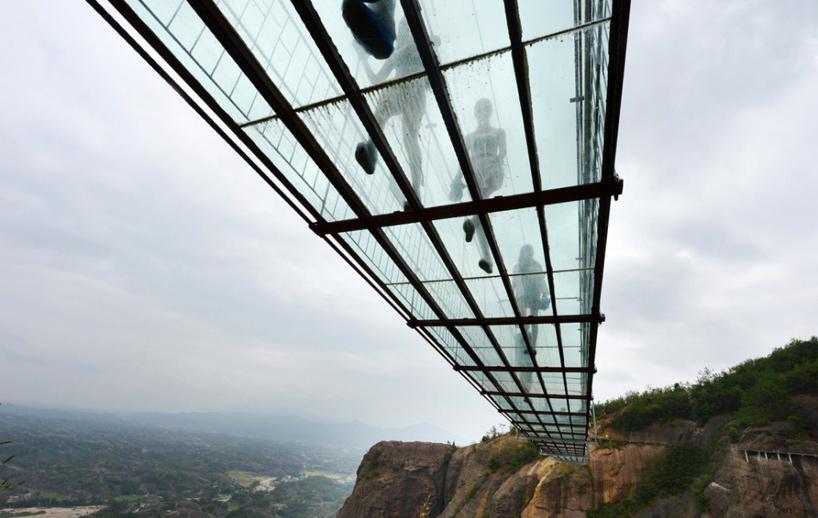 Il ponte di vetro trasparente piu' lungo del mondo.
