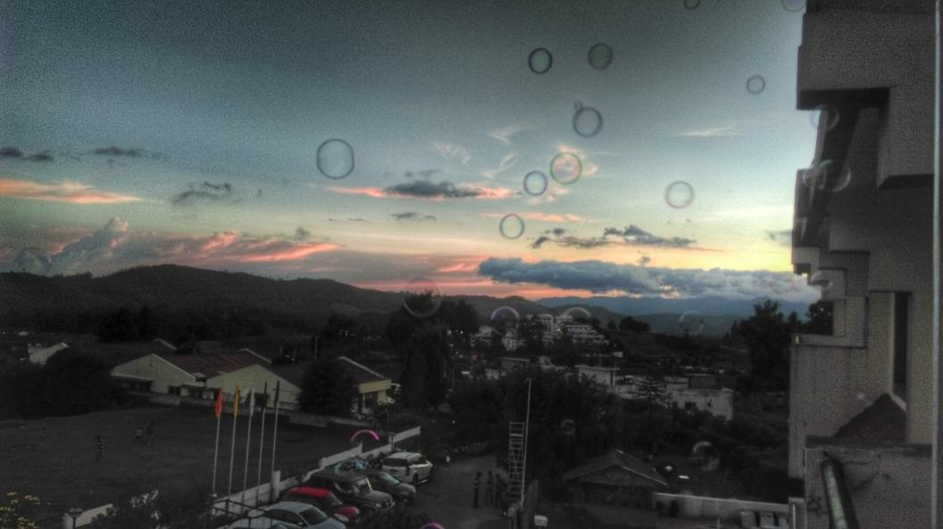 Trying to get a good Sunset shot, but no, the bubble maker is at it again. #Ooty #hdrscape #snapseed http://t.co/tSSi5WaIOk