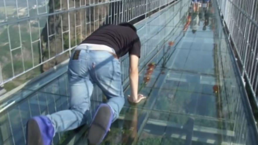 Ecco come qualcuno ha attraversato il ponte di vetro in Cina.