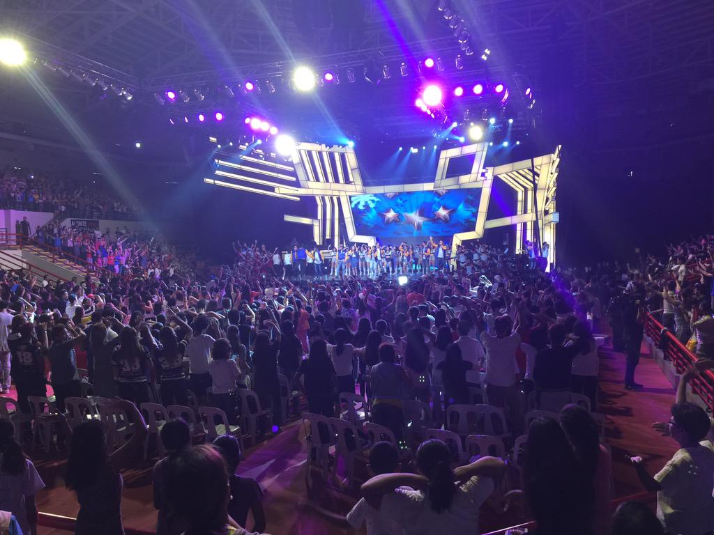 The energy here is rocking! #KAPAMILYAThankYou http://t.co/Z6wyAYezsU