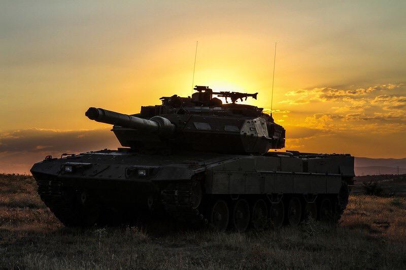 夕日と戦車の壁紙