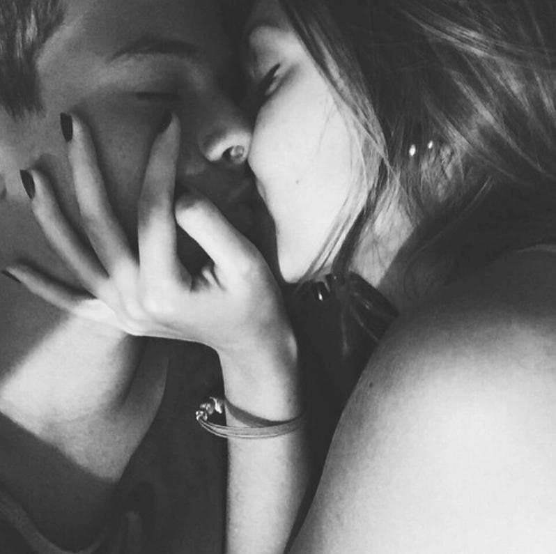 Днем рождения, картинки парень целует девушку в шею без лица