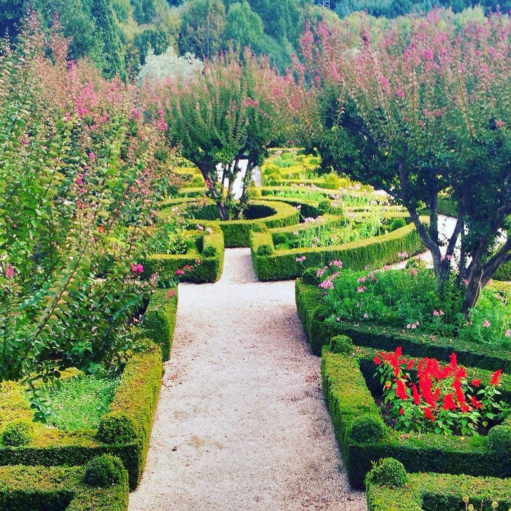 The gardens at the Mateus Palace. http://t.co/lUoftnZYl1 http://t.co/dCXSZElD8L