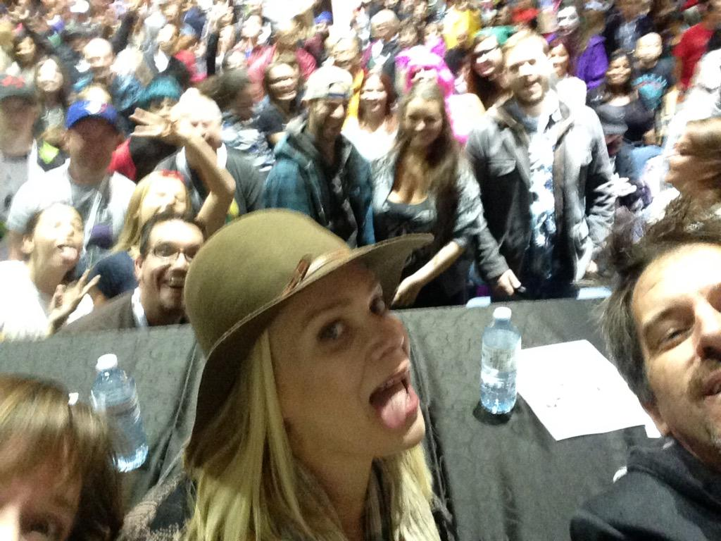 I'm right behind her hat! RT @MindReels: W/ .@Laurie_Holden @marajade29sm @tvsmithee @Hamiltoncomic http://t.co/fjgPE0U2li