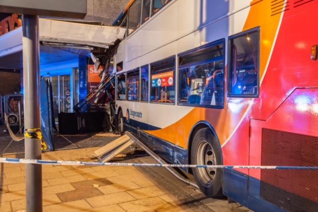 Bus contro Supermercato a Coventry in Gran Bretagna.