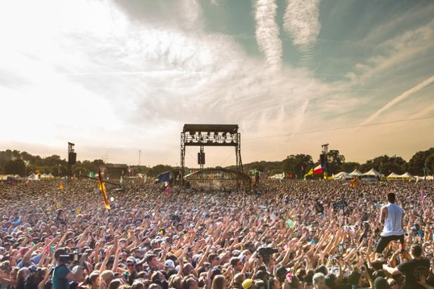 Look at the incredible #ACLFest crowd for @twentyonepilots on the #SamungStage right now! Photo by @cambriahandmade. http://t.co/dZswxSeynL