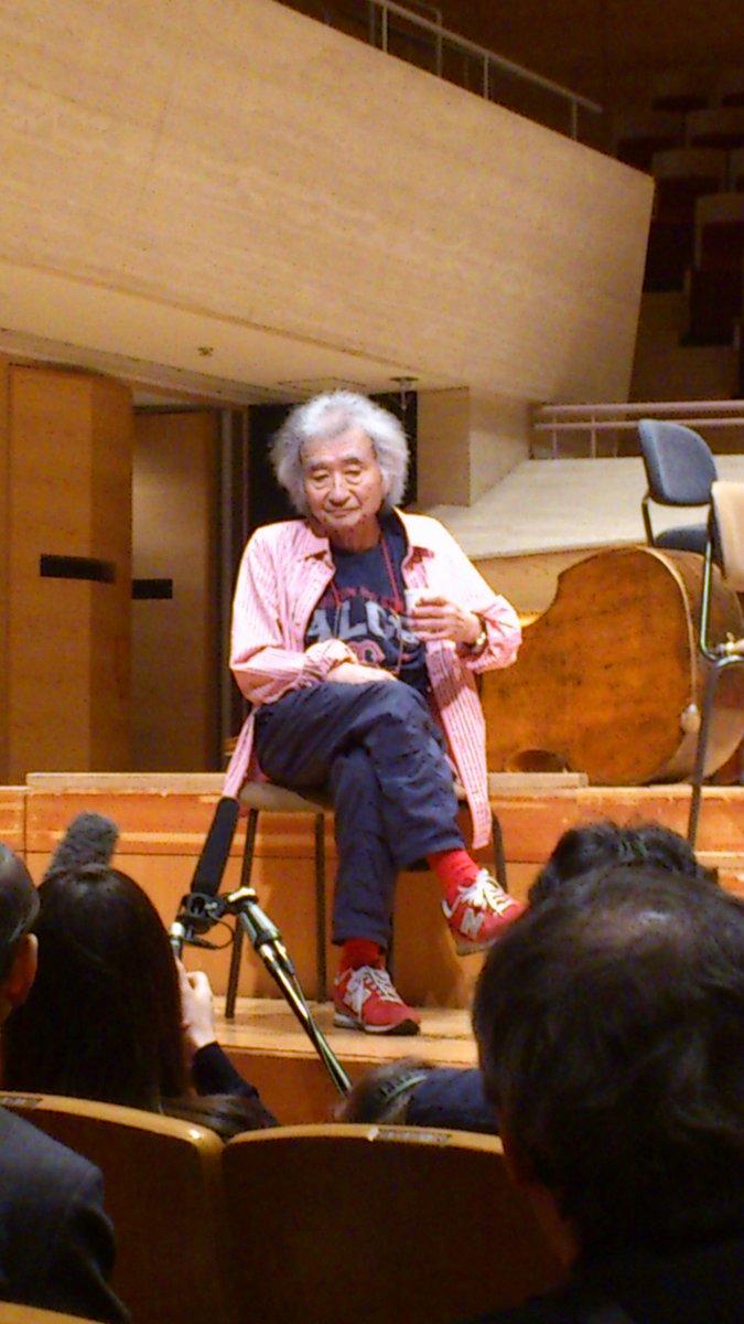 ウィーン・フィルの公開リハーサル@サントリーホールの後、エッシェンバッハ&ウィーンpが小澤氏の80歳を祝う曲を演奏。続いて小澤氏が指揮台に上がり、ウィーンp相手にエグモント序曲を振った。 愛のある凄い演奏だった。演奏後の懇談の写真。 http://t.co/xAj7rY2A0I